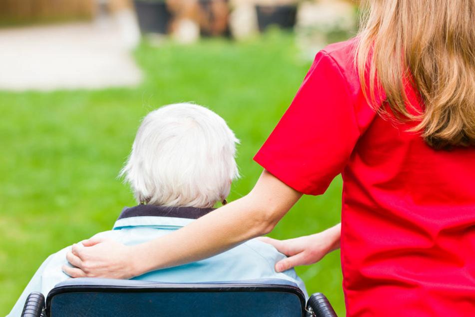 Eine Pflegekraft mit einer Senioren (Symbolbild).