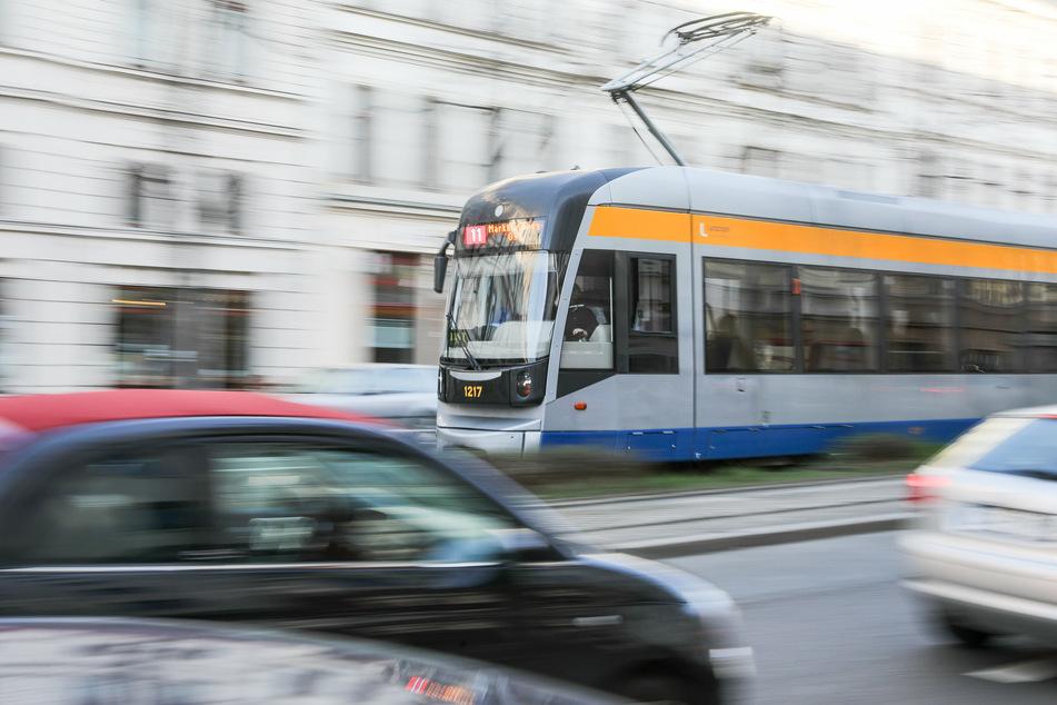 Die Tram wurde großflächig mit Graffiti beschmiert. (Symbolbild)