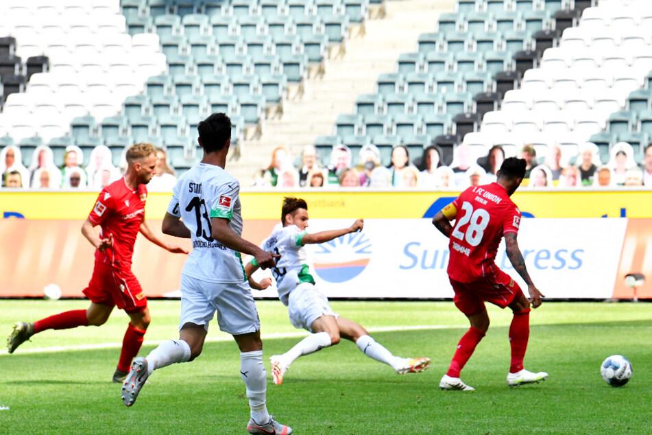 Florian Neuhaus (Z. v. r.) trifft zum 1:0 für Mönchengladbach. Die Unioner Marvin Friedrich (l.) und Christopher Trimmel (r.) können nicht mehr rettend eingreifen.