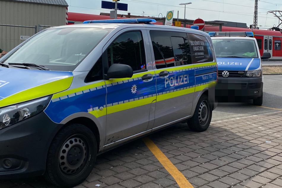 Die Polizei konnte den verwirrt wirkenden Messer-Mann am Bahnhof Raunheim vorerst festnehmen.