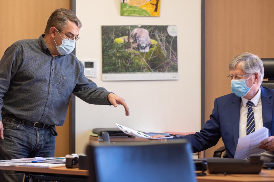 Torsten Bossert (l.), Amtsarzt, spricht mit Landrat Thomas Fügmann (66, CDU) im Landratsamt des Saale-Orla-Kreises. Der Landkreis führt ab Dienstag wieder die nächtliche Ausgangssperre ein. Schulen und Kitas werden wieder geschlossen.