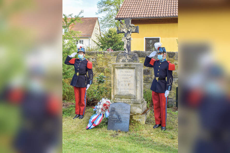 Zwei französische Kadetten salutieren in Kaditz am Grab der in Dresden gestorbenen 117 Kameraden.