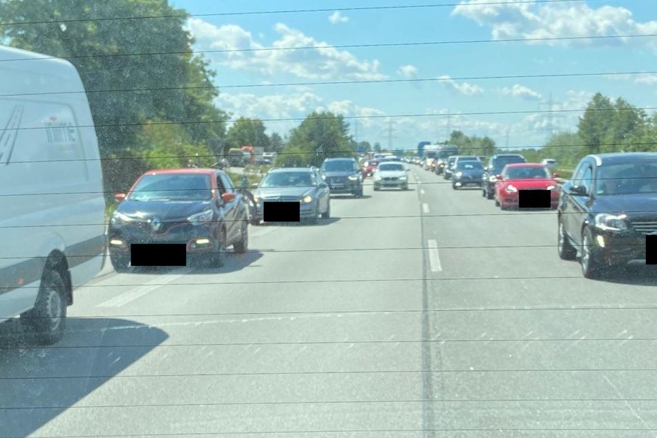Die Fahrerin des weißen BMW wurde von den Beamten durchs Heckfenster aufgenommen.