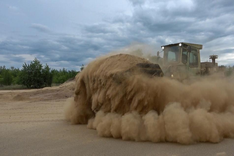 Das Abtragen des Getreides wirbelte jede Menge Staub auf.