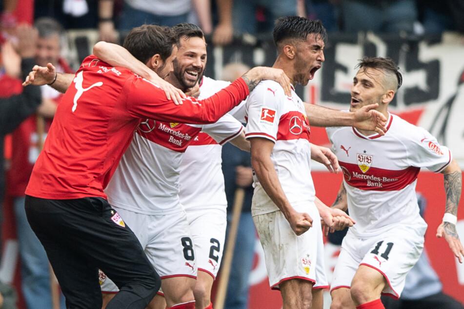 Stuttgarts Torwart Jens Grahl (l-r), Gonzalo Castro, Emiliano Insua, Nicolas Gonzalez und Anastasios Donis freuen sich über das 1:0 von Castro im Mai letzten Jahres.