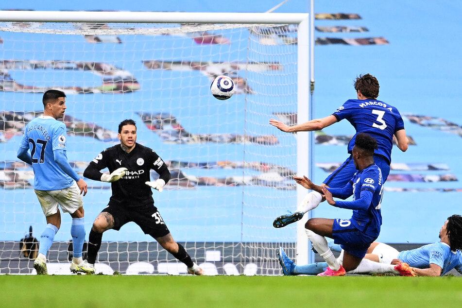 Marcos Alonso (2.v.r.) traf in der Nachspielzeit zum entscheidenden 2:1 für den FC Chelsea.