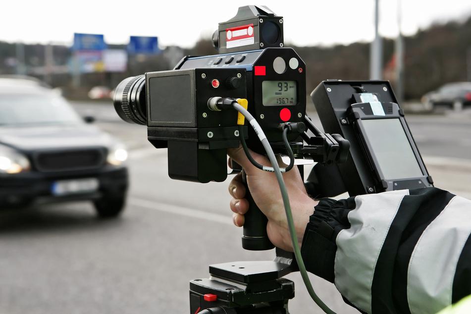 Die Verkehrspolizei hat sowohl auf der A4 bei Hainichen als auch im Erzgebirge Geschwindigkeitskontrollen durchgeführt. Einige Fahrer waren dabei doppelt so schnell unterwegs wie erlaubt. (Symbolbild)