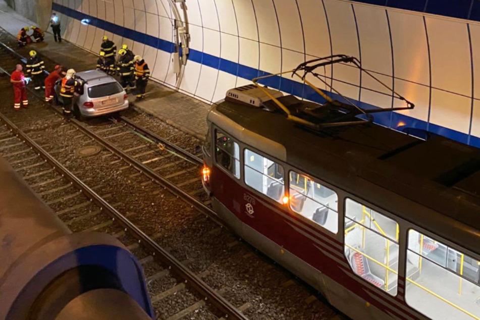 Auto landet plötzlich in Straßenbahn-Tunnel