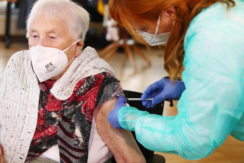 Martha Nadolph (94) erhält im Seniorenpark Am Birkenwäldchen in Zeulenroda-Triebes als erste Thüringerin die Corona-Impfung.