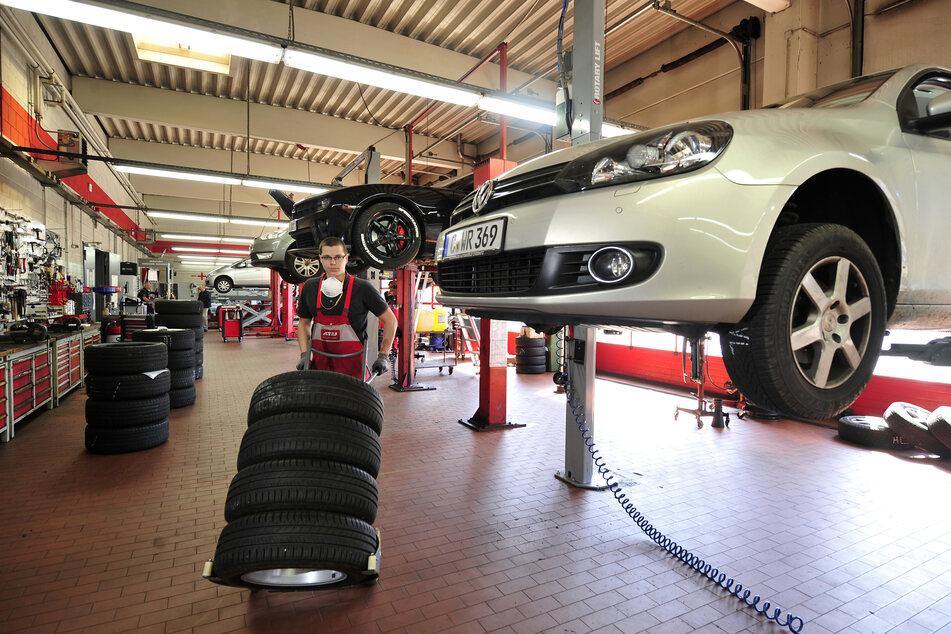 Die Auto-Werkstätten haben trotz der Corona-Beschränkungen geöffnet.