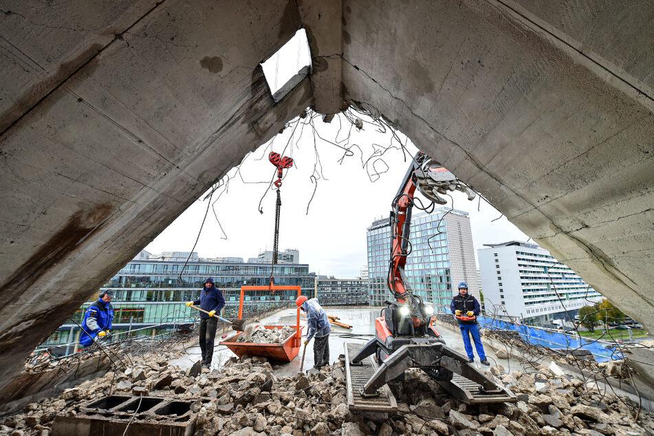 Knusper, knusper, Knäuschen: Mit einem kleinen Bagger wird die Dachkonstruktion des maroden Siemenshauses abgeknabbert.
