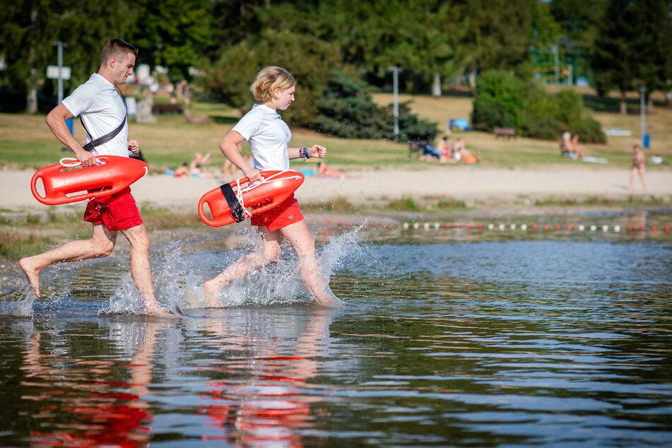 Die Rettungsschwimmer Brenda Fischer und Felix Heisel sind schnell im Wasser des Stausees Oberrabenstein.