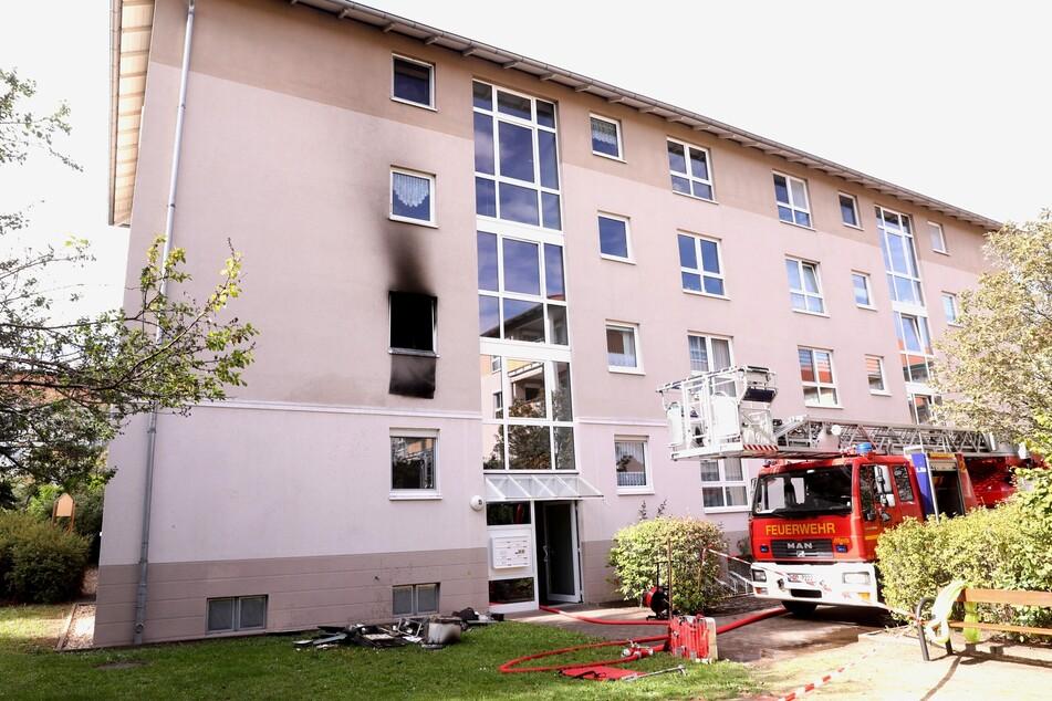 Die Feuerwehr bekämpfte den Brand im ersten Obergeschoss des Mehrfamilienhauses.