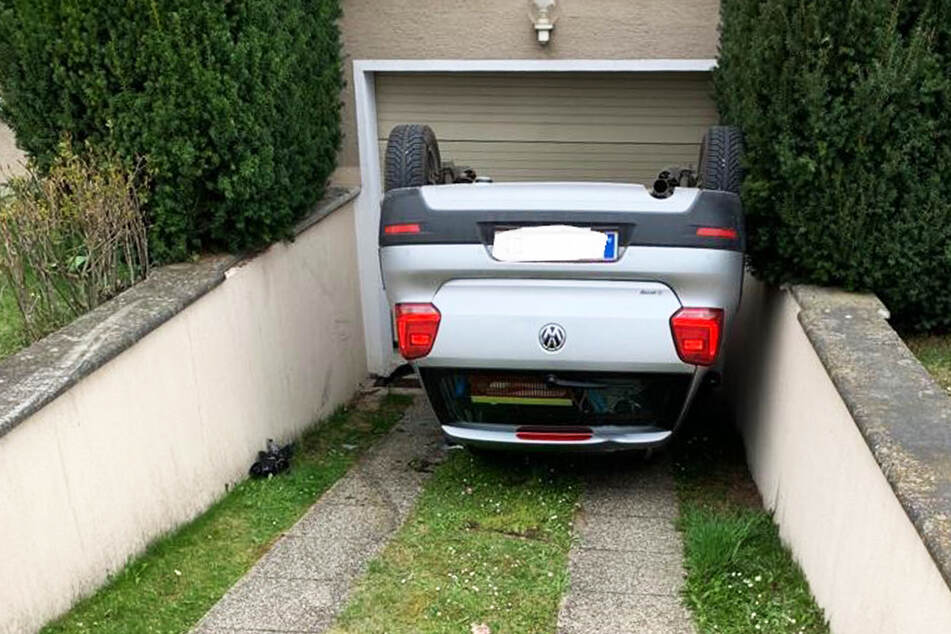 Feuerwehr im Einsatz: VW-Fahrer will in Garage fahren und landet auf dem Dach