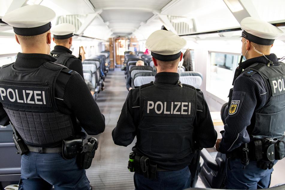 Bundespolizisten kontrollieren die Einhaltung der Maskenpflicht in einem ICE. (Symbolbild)