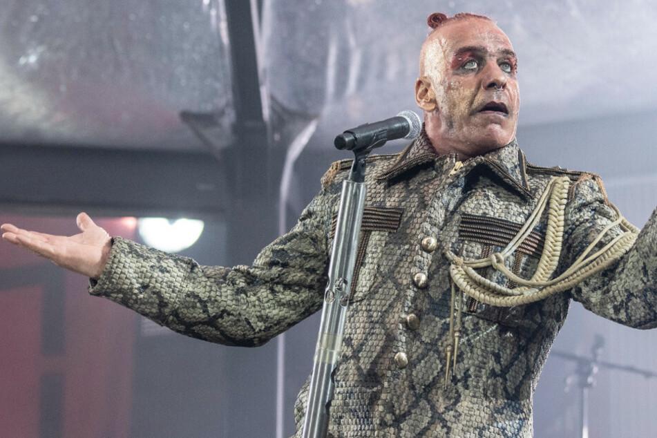 """Till Lindemann, Frontsänger der deutschen Rockband Rammstein, singt in der Commerzbank-Arena. Die Band trat hier im Rahmen ihrer """"Europe Stadion Tour 2019"""" auf und wollte auch dieses Jahr im Rahmen der Stadiontour in Deutschland spielen."""