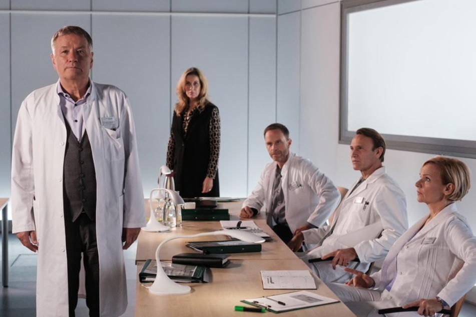 Indem er ein teures Medikament einsetzte, hat Dr. Heilmann (links) die Sachsenklinik in Schieflage gebracht. Nun drohen ihm Konsequenzen.