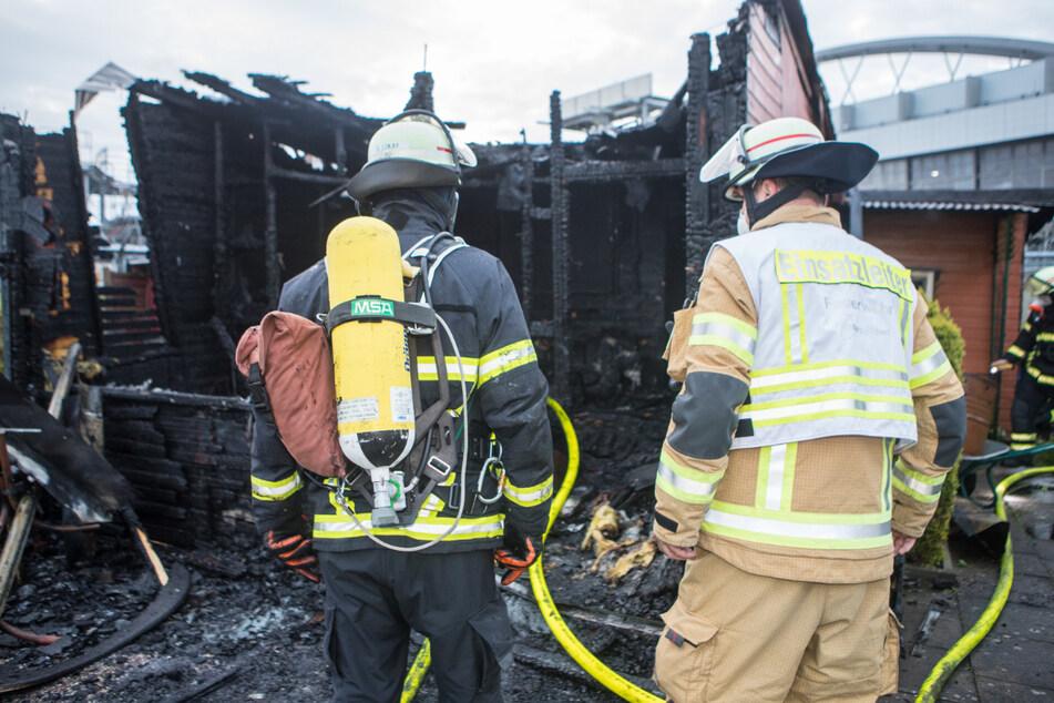 Feuerwehrleute waren auch am Morgen noch im Einsatz, um mögliche Brandnester zu finden.