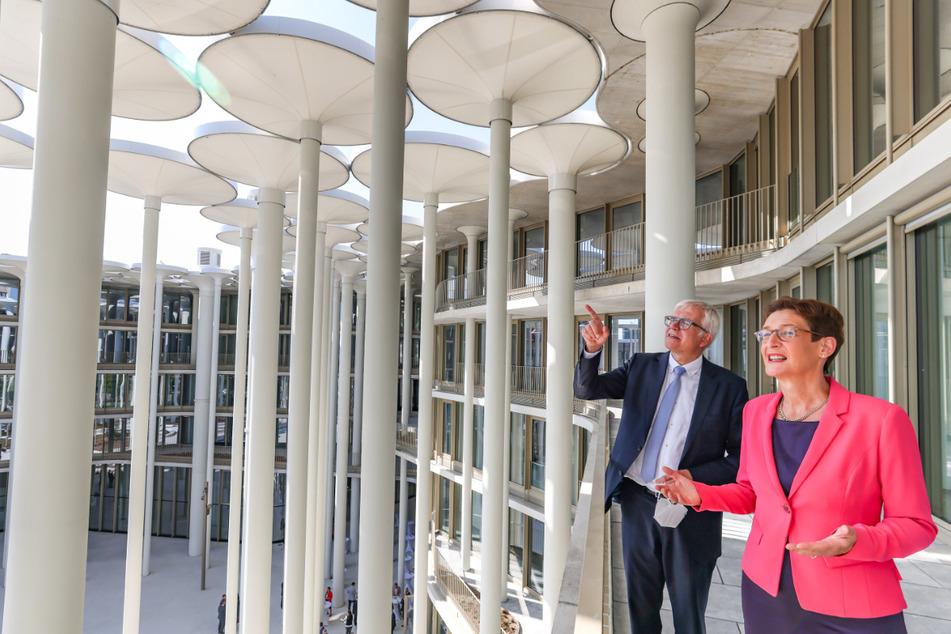 Finanzminister Hartmut Vorjohann (58, CDU) ließ sich von SAB-Chefin Katrin Leonhardt (54) den Säulen-Palast erklären.