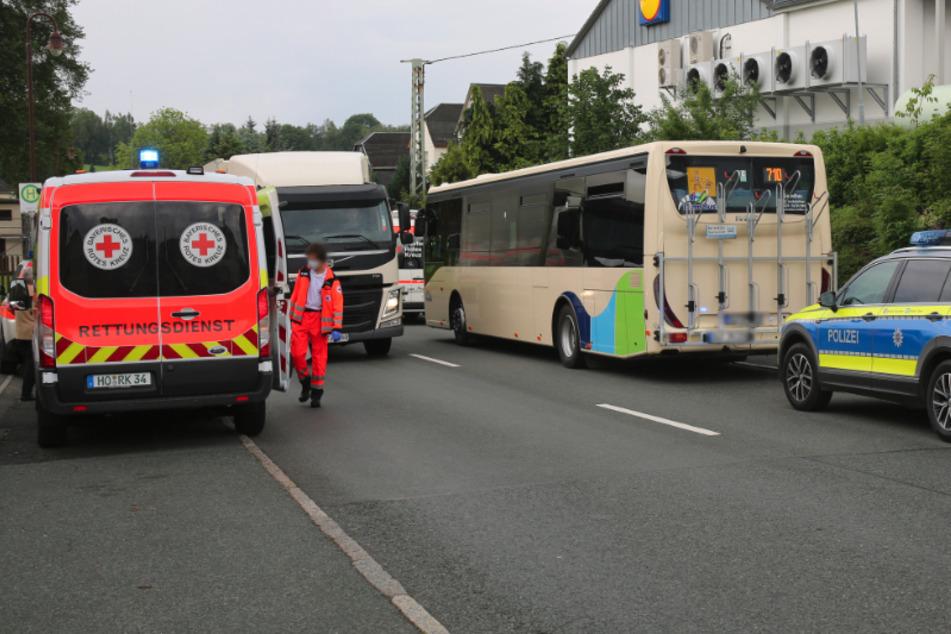 Bei einem Schulbusunfall im thüringischen Gefell wurden am Freitagmittag sieben Kinder verletzt.