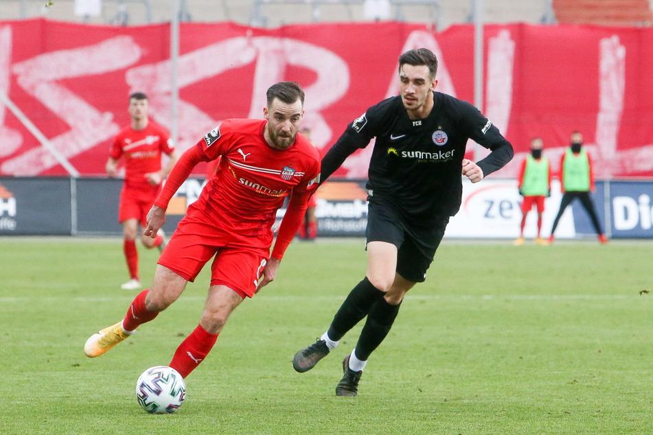FSV-Kicker Morris Schröter (25, l.) und Rostock-Spieler Sven Sonnenberg (22) im Zweikampf.