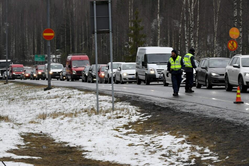 Fahrzeuge stehen in der Nähe eines Verkehrskontrollpostens bei Hyvinkää im Stau.