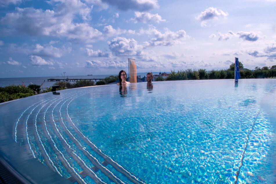 Im Hotelpool entspannen geht bald auch wieder Indoor in Baden-Württemberg.