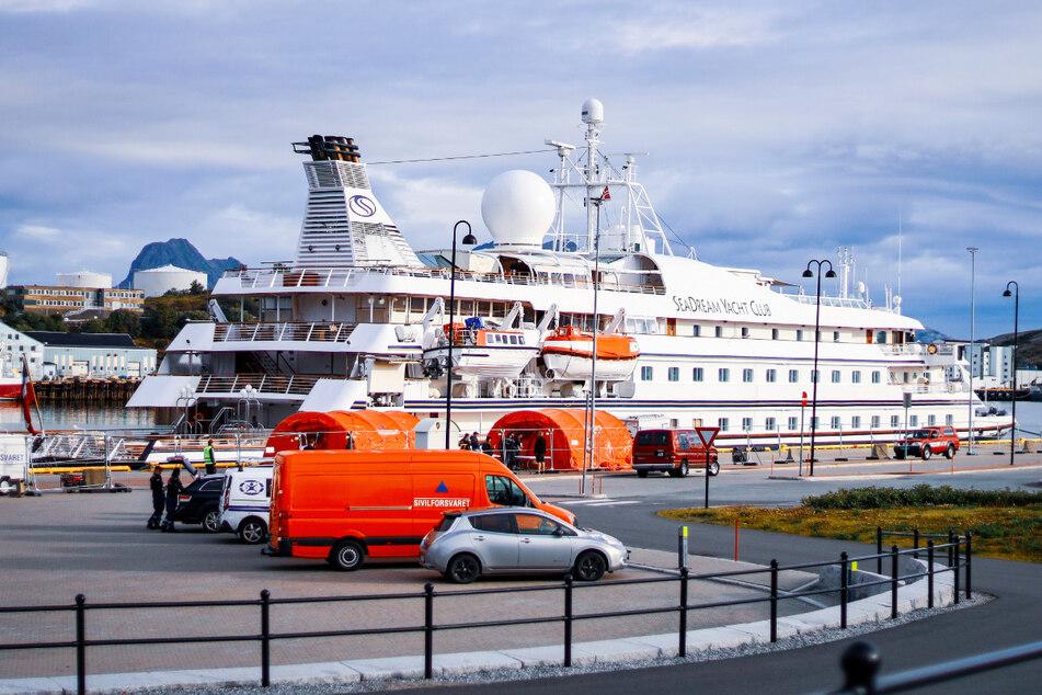 """Das Kreuzfahrtschiff """"SeaDream 1"""" liegt im am Kai im norwegischen Bodø."""
