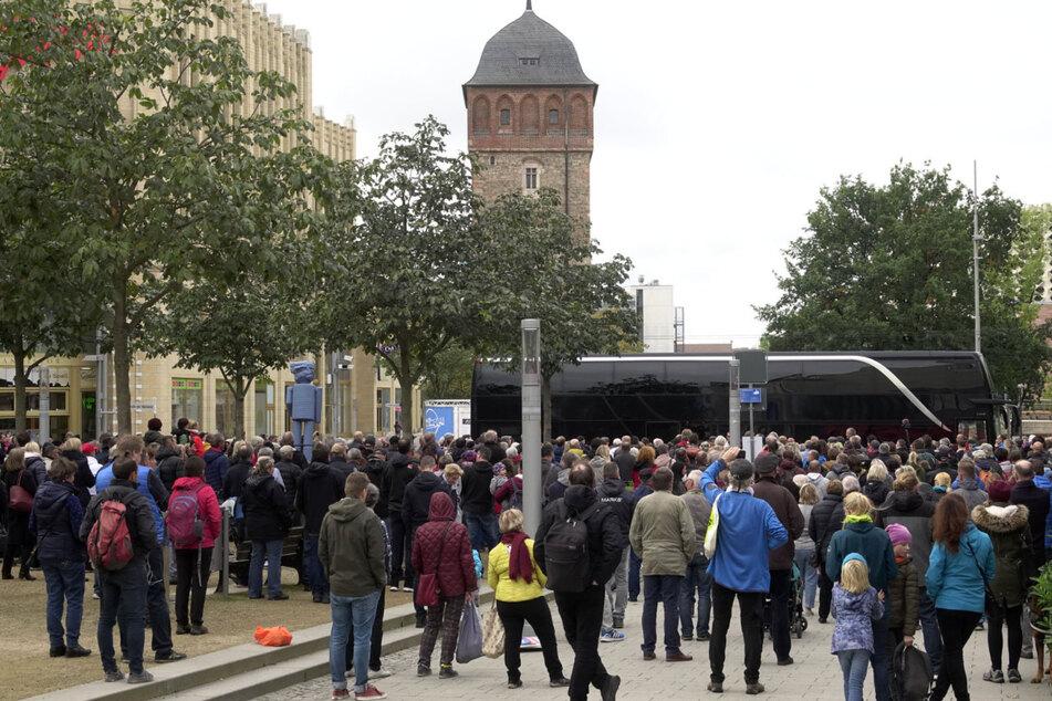 """Anti-Corona-Demo verboten: Die Stadt untersagte der Gruppe """"Chemnitz steht auf"""" eine Versammlung am Sonnabend. Das Foto zeigt eine """"Querdenker""""-Demo im Oktober."""