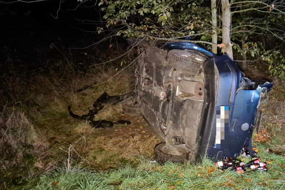 Der Golf an dem Baum, der ihn schließlich zum Stehen brachte. Glück im Unglück hatte bei dem Crash der Fahrer: Er soll nur leicht verletzt worden sein.