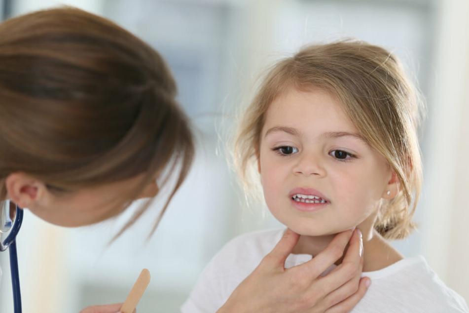 Eine Ärztin untersucht ein kleines Mädchen. (Symbolbild)