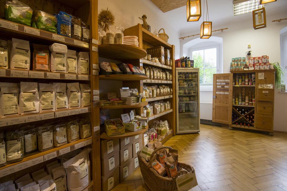 Wer zuerst kommt, mahlt zuerst. Im Mühlenladen werden Backmischungen für Brote und Kuchen sowie Mehle aus regionalen Getreideernten angeboten.