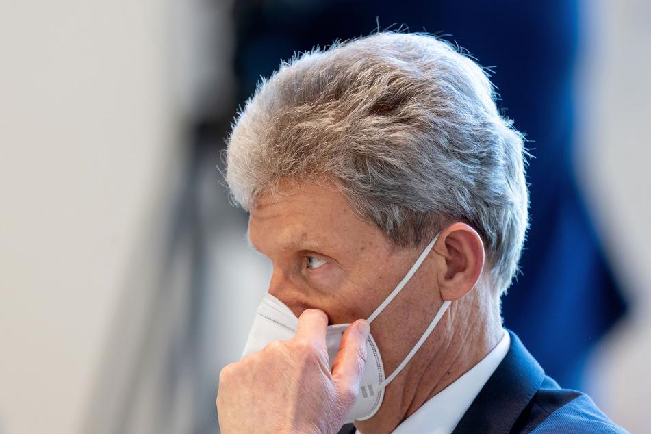 Helmut Holter (Linke), Thüringer Minister für Bildung, Jugend und Sport, richtet bei der Sitzung des Thüringer Landtags seine FFP2-Maske.