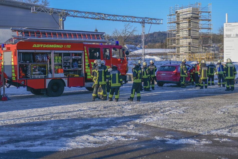 Feuerwehrleute vor einer Baustelle. Am frühen Morgen wurde ein toter Mann entdeckt.