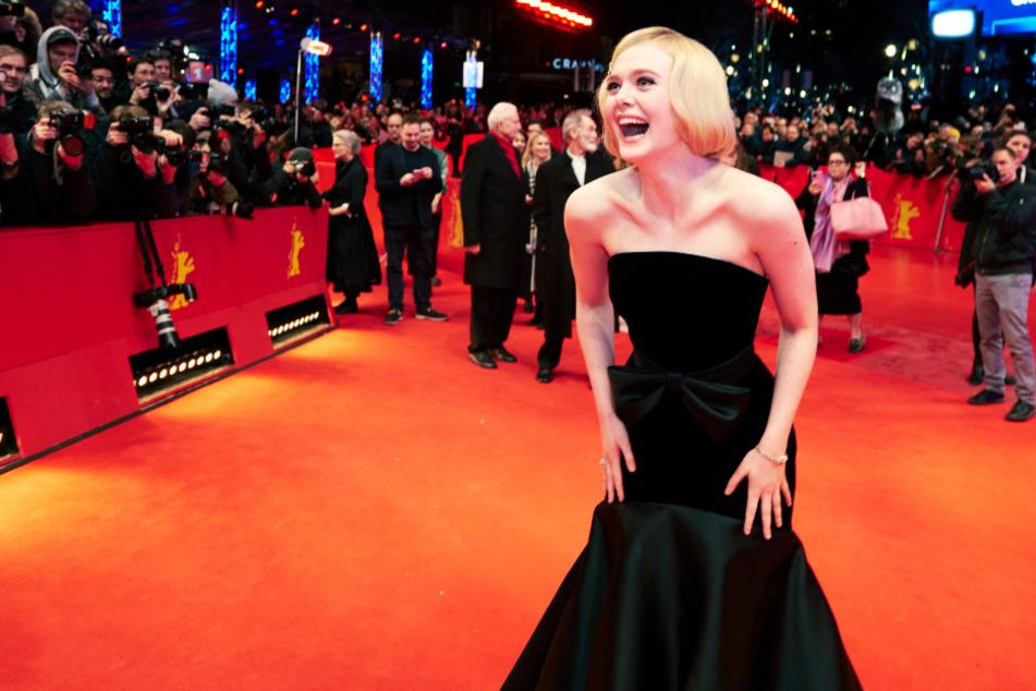 Elle Fanning war bei der Weltpremiere am 26. Februar auf dem Roten Teppich vor dem Berlinale Palast gut gelaunt.