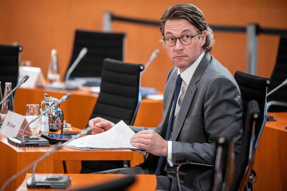 Andreas Scheuer (CSU), Bundesminister für Verkehr und digitale Infrastruktur, wartet auf den Beginn einer Sitzung des Bundeskabinetts im Kanzleramt.