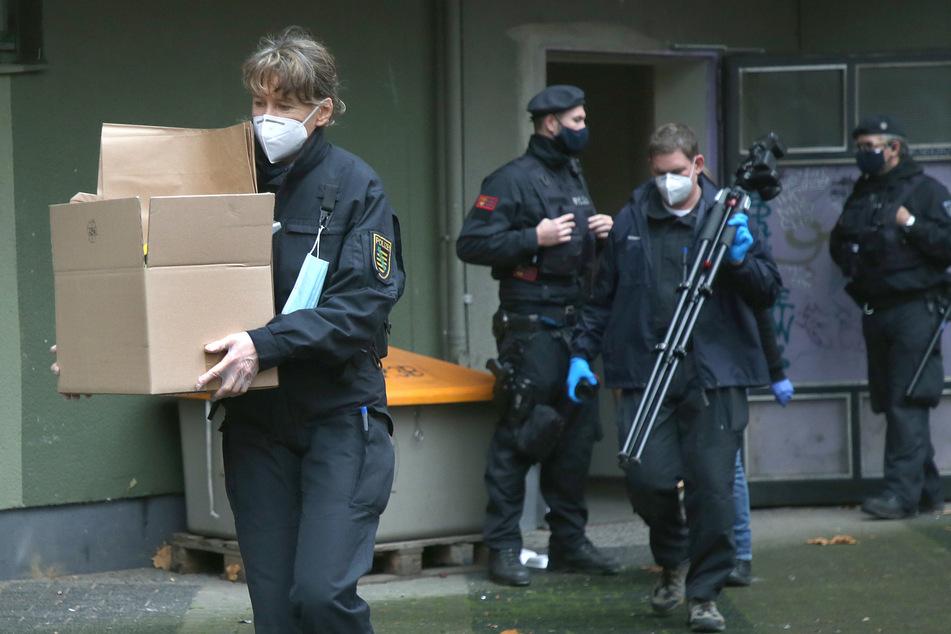 Polizeibeamte sichern während einer Grossrazzia in einem Wohnhaus im Bezirk Kreuzberg Beweismaterial.
