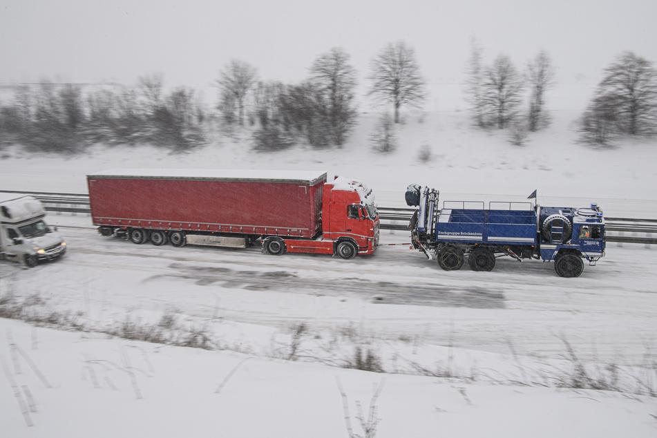 Ein Lkw wird auf der Autobahn 4 in Richtung Frankfurt bei Dresden vom Technischen Hilfswerk (THW) den Brabschützer Berg hochgezogen.