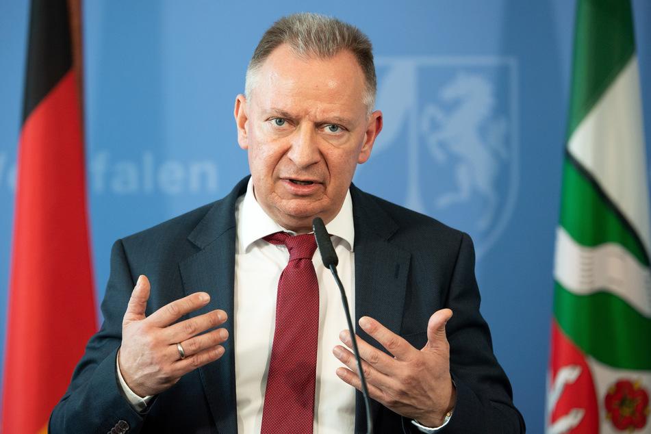 Mit einer zwölfminütigen Wutrede hat der Heinsberger Landrat Stephan Pusch (CDU) seinem Ärger über den schleppenden Impfstart und geschlossene Schulen Luft gemacht.