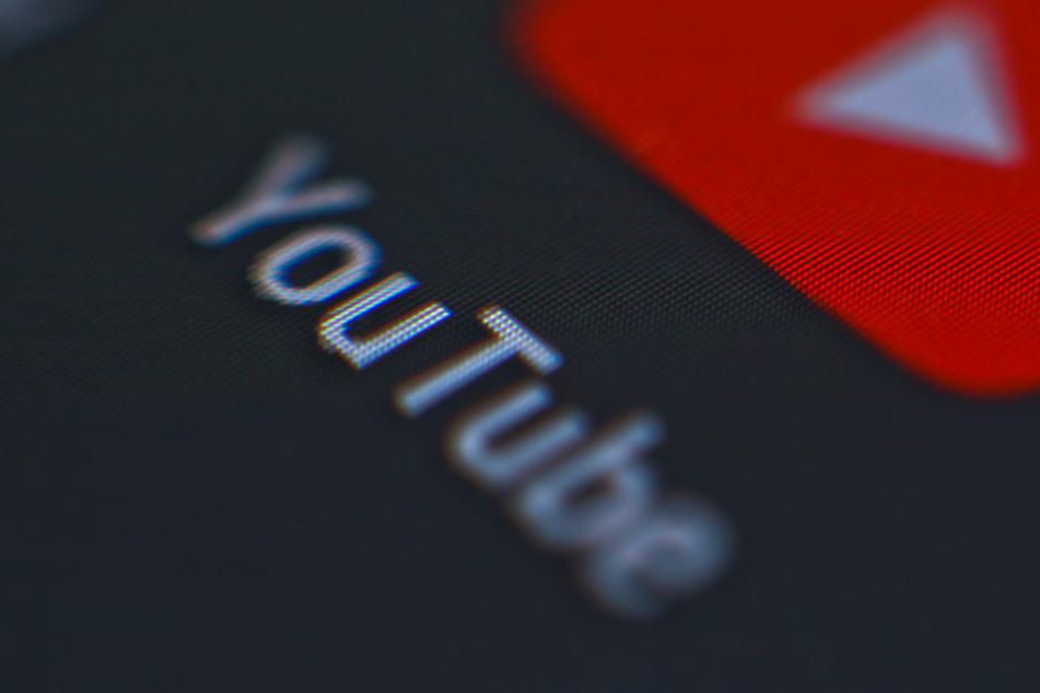Nackt und gewalttätig! YouTube-Livestream ruft Polizei auf Plan