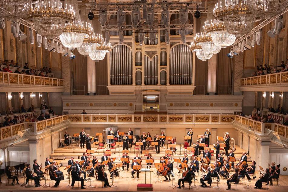Musiker vom Konzerthausorchester Berlin spielen im August 2021 beim Jubiläumskonzert zum 200. Jahrestag des Konzerthauses am Gendarmenmarkt.