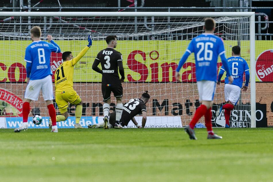 Kiels Ahmet Arslan (r.) drückt die Kugel zum 1:0 für die Gastgeber über die Linie. Nur zwei Minuten später ließ Fin Bartels (nicht im Bild) sogar das 2:0 folgen.