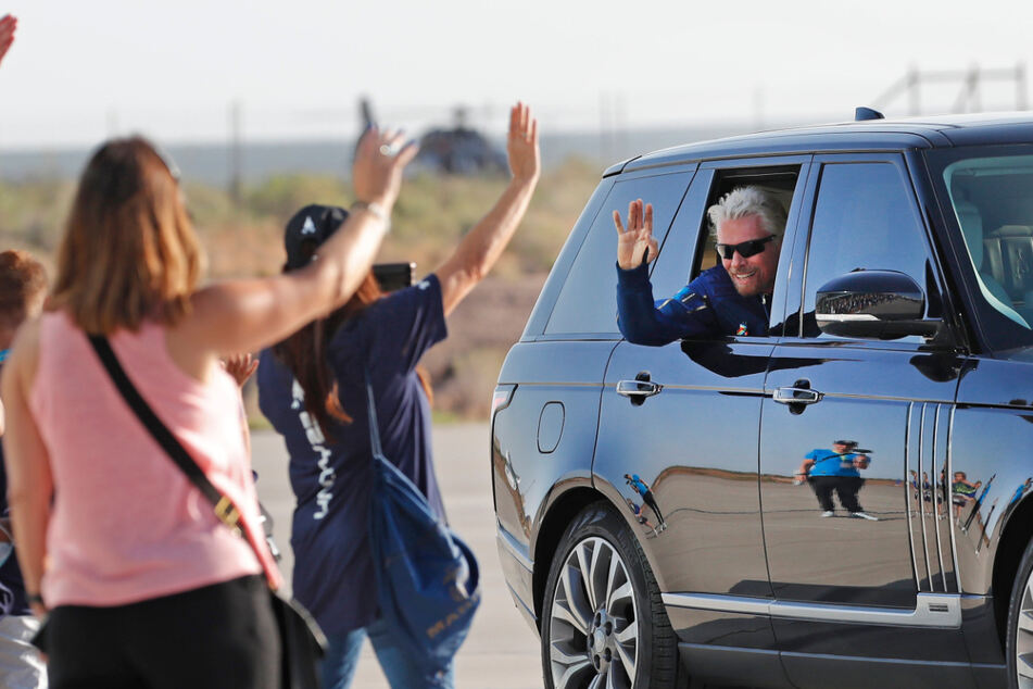 Freudig winkt Richard Branson (70) vor dem Start ins All.