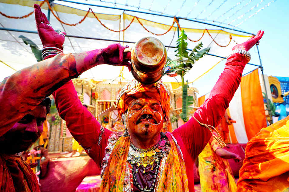 Ein Mann wird während des Holi-Festivals im indischen Mathura mit Farbe besprüht.