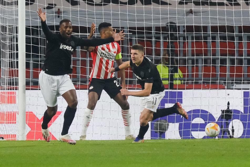 Christos Tzolis (19, r.) bejubelt einen Treffer in der UEFA Europa League über PSV Eindhoven.