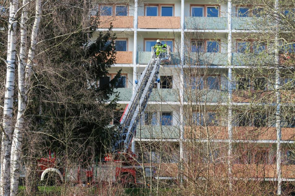Der Bewohner der Brandwohnung musste über den Balkon von der Feuerwehr gerettet werden.