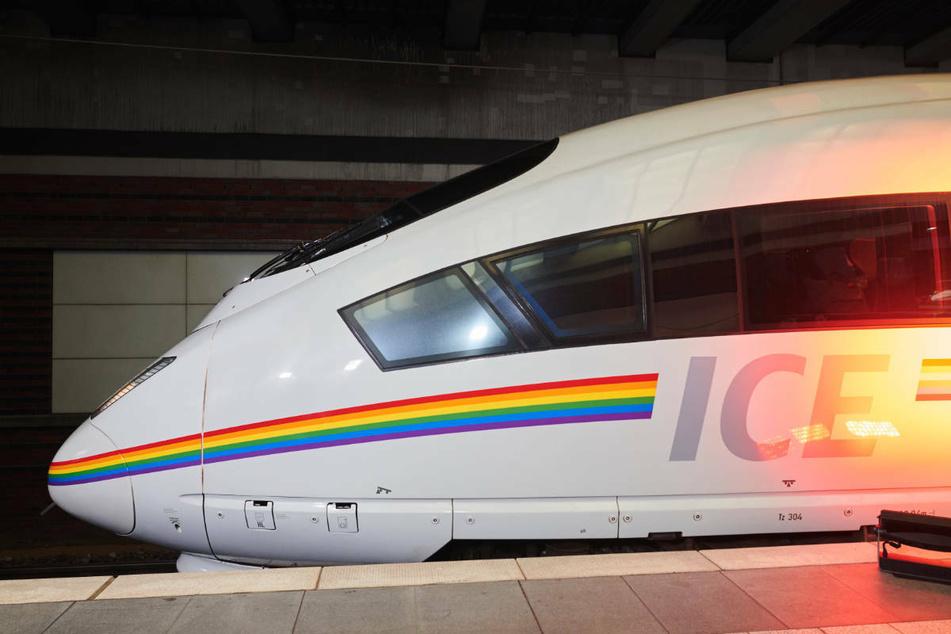 """Unter dem Motto """"Que(e)r durch Deutschland"""" hat die Deutsche Bahn am Freitag einen ICE mit einem aufgeklebten Regenbogen-Streifen auf die Reise geschickt."""