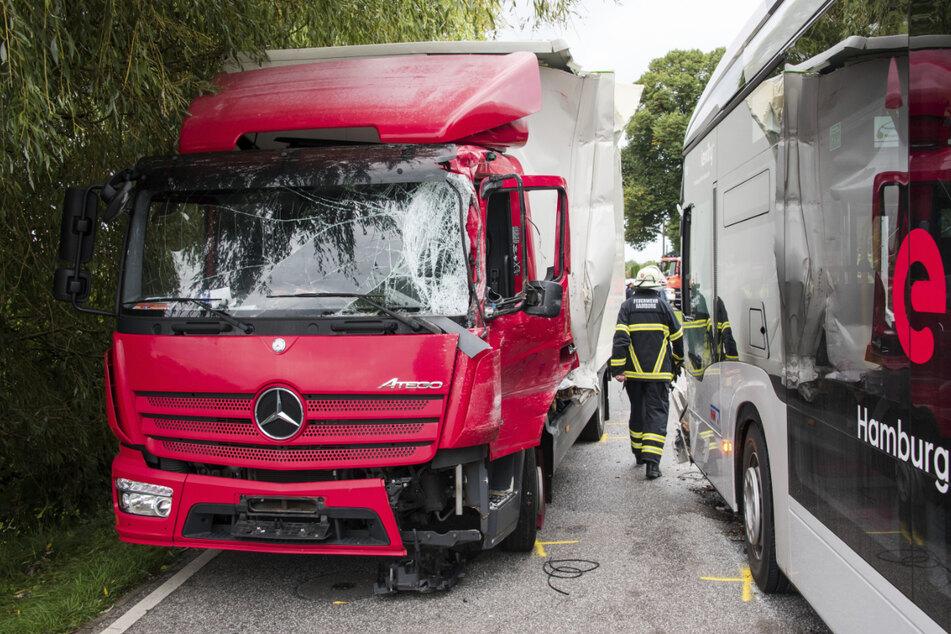 Der Schulbus und der Laster stießen frontal zusammen.