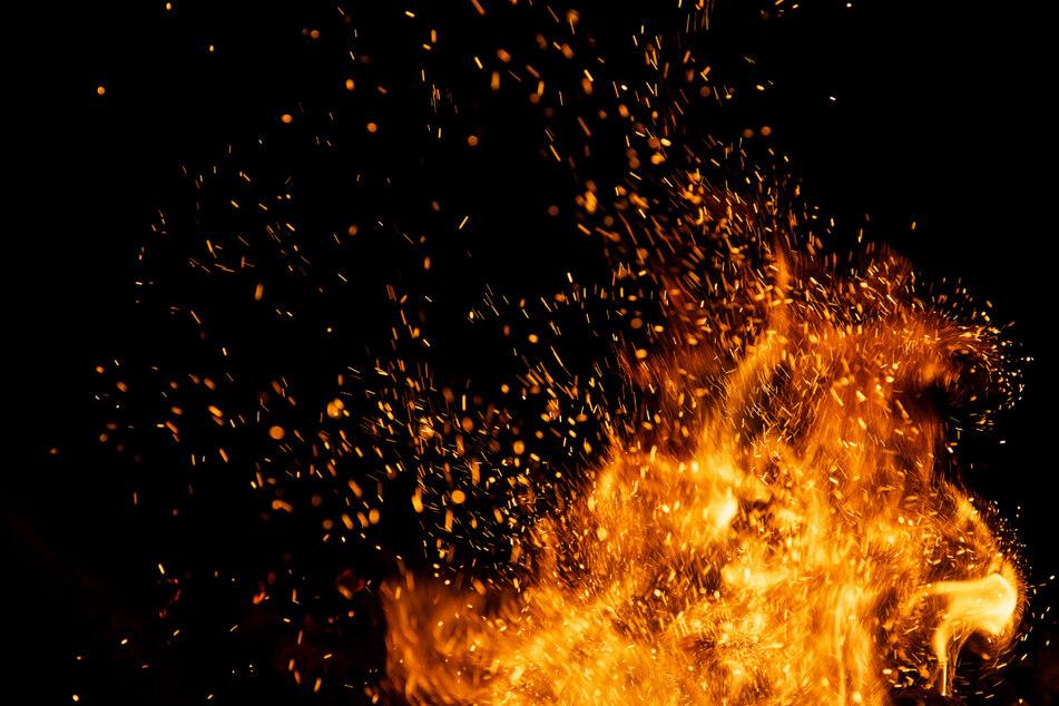 Die Ursache für das Feuer ist bislang noch unbekannt. (Symbolbild)
