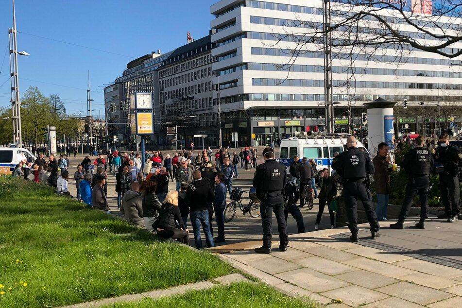 In einiger Entfernung zum Demonstrationsort hatten sich hunderte Personen versammelt.